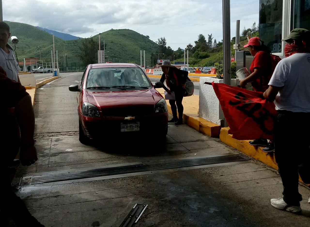 Toman profesores la caseta de la Autopista en Chilpancingo