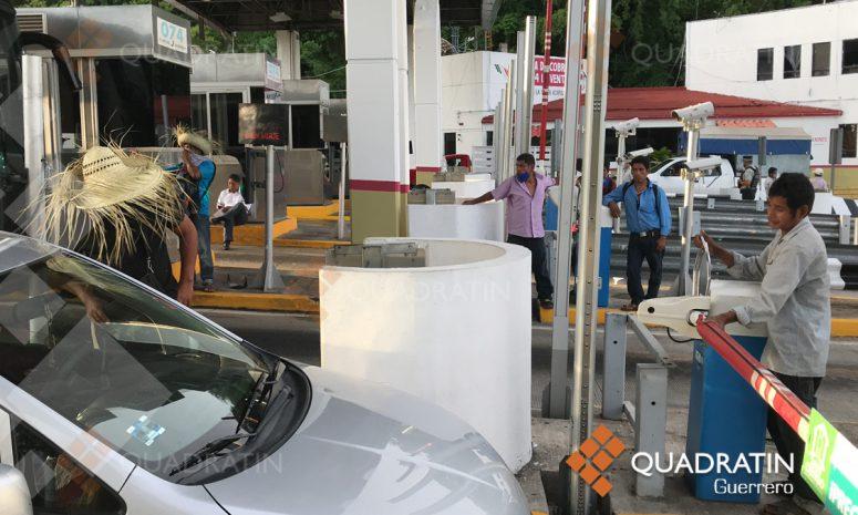 Habitantes de San Luis Acatlán toman caseta de la Autopista en Acapulco